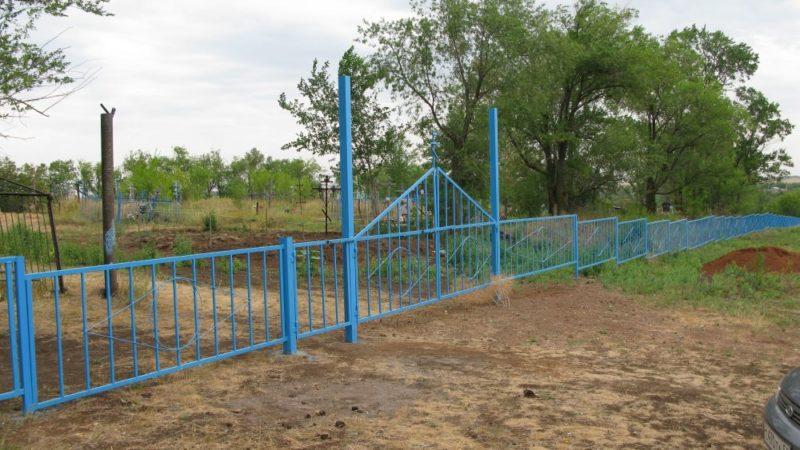 В селах установили ограждения на кладбищах