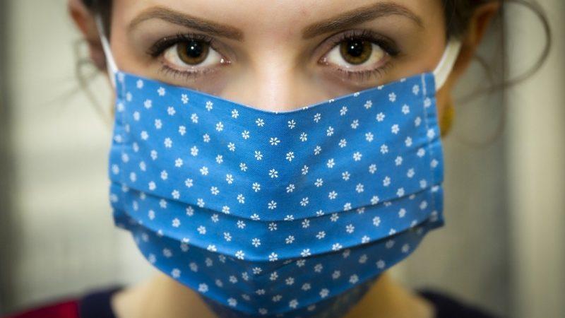 Вакцинированные россияне не освобождаются от необходимости ношения масок