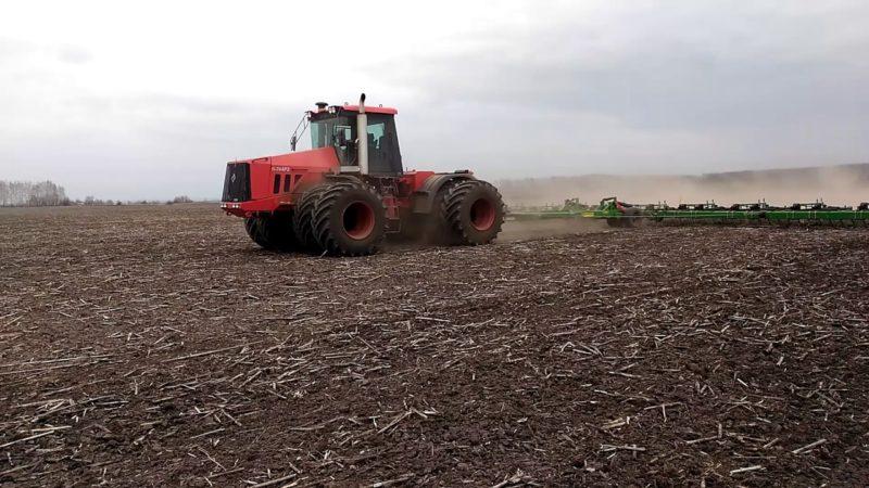 В поле не замирает работа