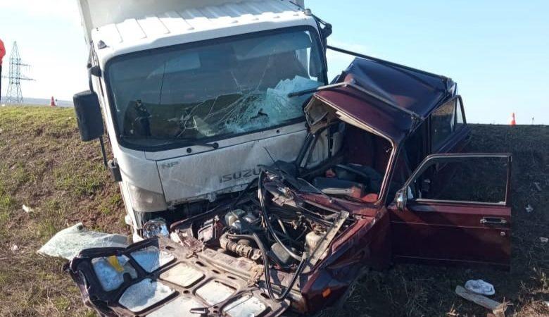 В ДТП с грузовиком погибли три человека