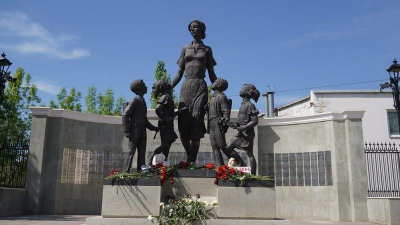 Оренбуржцы несут цветы к памятнику первой учительнице в память о погибших в Казани