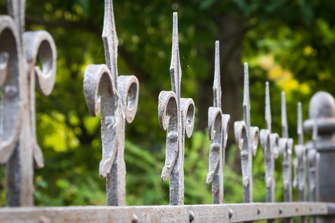 Ограду школы сдали на металлолом